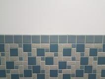 Голубой прямоугольник и квадратные плитки на стене bathroom стоковые изображения rf