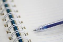 Голубой пункт авторучки к пустой зоне бумаги примечания Стоковое Изображение RF