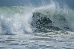 Голубой разбивать зеленых волн Стоковая Фотография