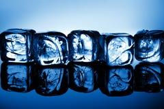 голубой свет льда кубиков стоковое изображение