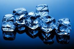 голубой свет льда кубиков стоковые изображения