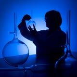 голубой силуэт научного работника Стоковая Фотография RF