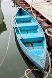 голубой сиротливый rowboat стоковая фотография