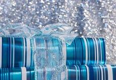 голубой смычок кладет подарок в коробку лоснистый Стоковые Фото