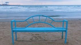 Голубой стенд на песчаном пляже на заходе солнца Удобная инфраструктура для ослаблять морем волна сильного волнения аварий сток-видео