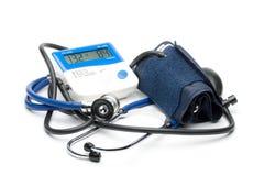 голубой стетоскоп давления монитора стоковое изображение rf