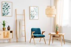 Голубой стул в живущей комнате Стоковая Фотография RF