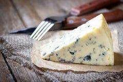Голубой сыр на деревянной деревенской таблице стоковое фото rf