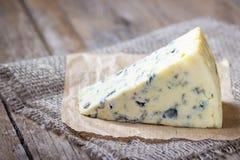 Голубой сыр на деревянной деревенской таблице стоковые изображения