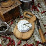 Голубой сыр на деревянной доске стоковое изображение