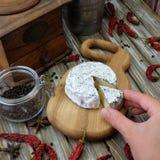 Голубой сыр на разделочной доске стоковые фотографии rf