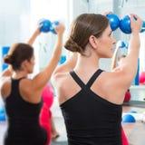 Голубой тонизируя шарик в вид сзади типа pilates женщин Стоковые Изображения RF