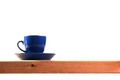 голубой чай темноты чашки стоковое изображение