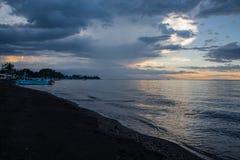 Голубой час над спокойным пляжем океана и отработанной формовочной смеси с балийской шлюпкой стоковая фотография rf