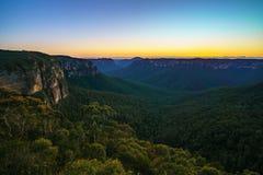 Голубой час на бдительности перескакивания govetts, голубые горы, Австралия 55 стоковое фото rf