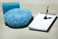 Голубой чистый пылесос утюга губки небольшой никто стоковая фотография rf