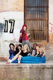 голубой шальной сидеть панков бассеина предназначенный для подростков стоковые фотографии rf