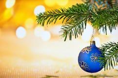 Голубой шарик рождества с хворостиной рождества Стоковые Изображения