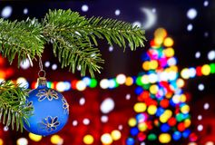 Голубой шарик рождества с хворостиной рождества Стоковое Изображение