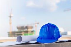 Голубой шлем безопасности и светокопия на wi строительной площадки Стоковое фото RF