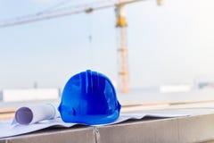 Голубой шлем безопасности и светокопия на wi строительной площадки Стоковая Фотография