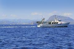 голубой fisherboat много чайок профессионала океана Стоковая Фотография