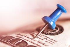 Голубой pushpin на деньгах Стоковое Изображение RF
