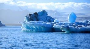 голубые айсберги оглушая Стоковая Фотография