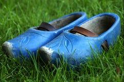 голубые ботинки деревянные Стоковая Фотография
