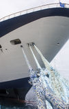 Голубые веревочки к голубому и белому туристическому судну Стоковая Фотография