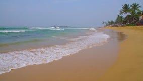 Голубые волны Индийского океана спешат в песочный берег сток-видео
