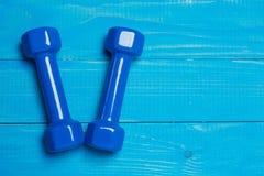 Голубые гантели на голубых досках, концепции резвятся Стоковое фото RF