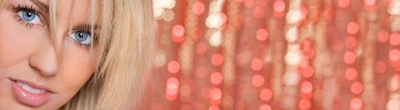 Голубые глазы Bokeh девушки женщины освещают панораму предпосылки стоковая фотография rf