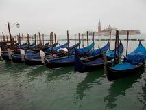 Голубые гондолы в Венеции Италии в тихом месте Стоковая Фотография RF
