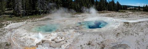 Голубые горячие источники в национальном парке Йеллоустона стоковое изображение
