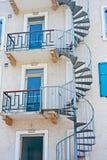 голубые двери водя спиральн лестницу к Стоковые Фото