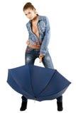 голубые детеныши женщины костюма джинсовой ткани стоковые фотографии rf