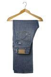 голубые джинсыы вешалки деревянные Стоковые Изображения