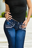 голубые джинсы нося женщину стоковые изображения rf