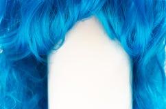 Голубые длинные волосы на белой предпосылке стоковое фото