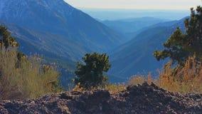 Голубые долины и горы в расстоянии стоковое изображение rf