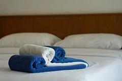 Голубые и белые полотенца на кровати в спальне гостиницы Стоковое Изображение RF