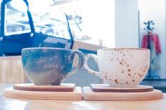 Голубые и белые чашки близрасположенные стоковые изображения rf