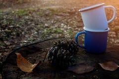 Голубые и белые чашки кофе на журнале Стоковая Фотография