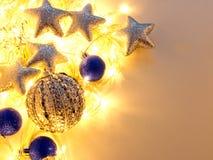Голубые и серебряные украшения рождества и праздничная гирлянда стоковые изображения rf