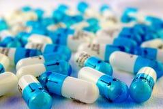 голубые капсулы белые стоковые изображения rf