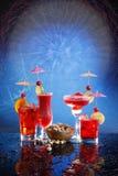 голубые коктеилы красные стоковые изображения