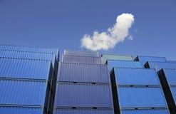 голубые контейнеры нагруженные к ждать Стоковое Изображение