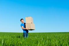 голубые коробки нося рубашку t человека Стоковые Фотографии RF