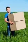 голубые коробки нося рубашку t человека Стоковое Фото
